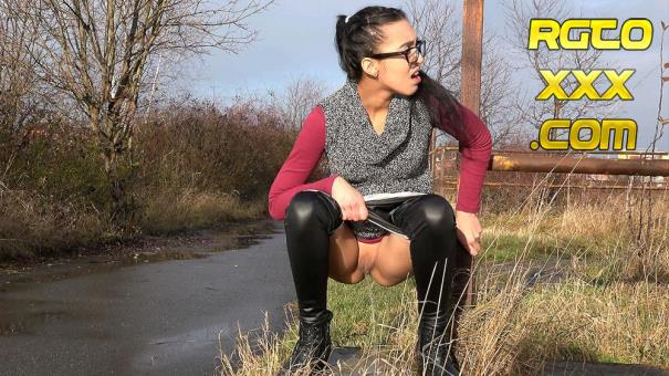 Amanda [Got2Pee.com] By the Roadside Jan 4, 2018 [2018/FullHD]