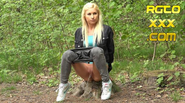 Vanessa Hell [Got2pee.com] Blonde In The Woods May 1, 2018 [2018/FullHD]